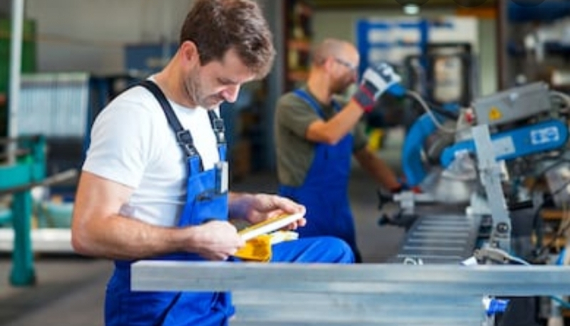 Muncitori abator sau fabrica auto